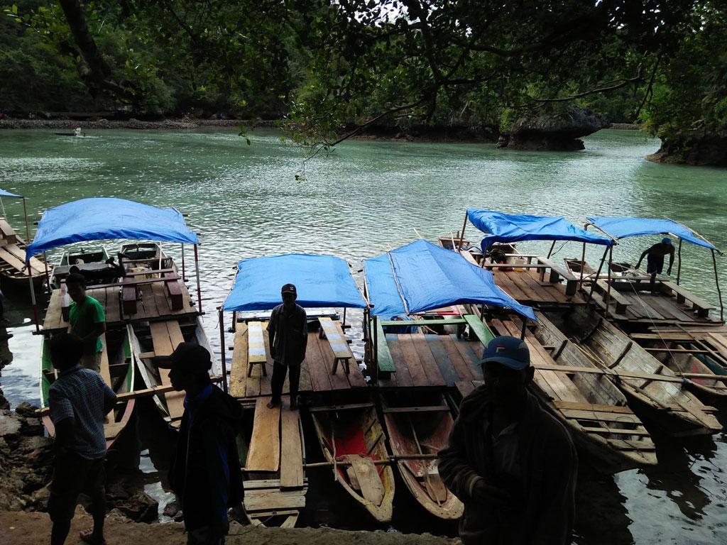 Perahu Berjejer, Di tepi sebelah barat Danau Napabhale